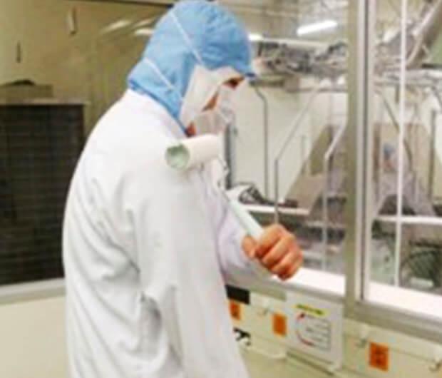 着衣時および工場入場時、時間毎の粘着ローラー使用による衣服点検